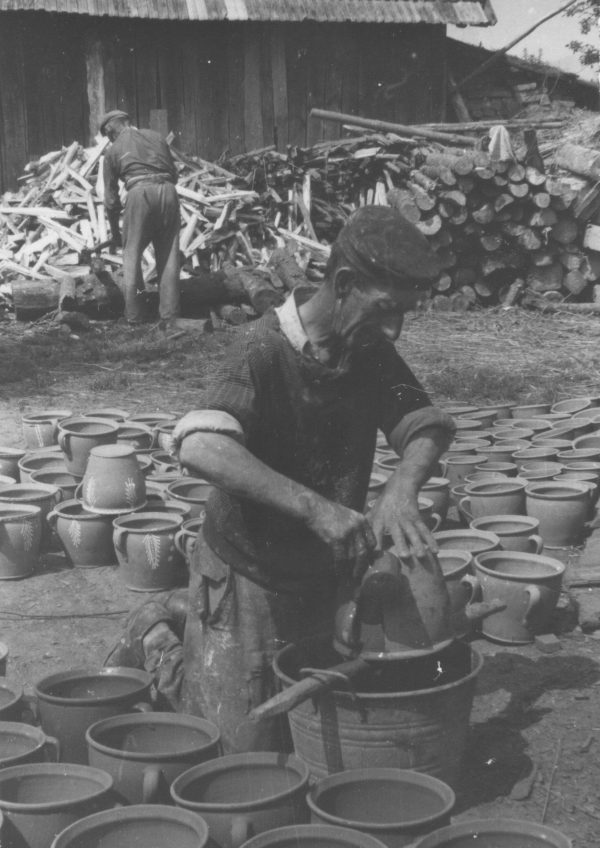 60 A.F. Etnografia, Garncarz Stefan Gajda przy pracy